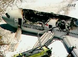 Bombeiros atuam em avião que sofreu acidente em San Francisco (Foto: Reprodução/KTVU/CNN)