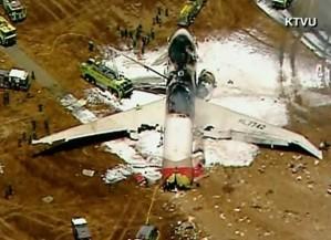Imagens apontam que o avião perdeu parte da cauda e pegou fogo (Foto: Reprodução/KTVU/CNN)