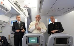 Imagens do Papa durante o voo, foto: Luca Zennaro/AP