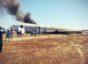Imagem publicada no Twitter de David Eun, que afirma ser um dos passageiros do voo, mostra pessoas saindo do Boeing 777 após acidente no Aeroporto de San Francisco (Foto: Reprodução/Twitter/Eunner)
