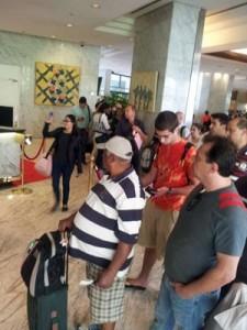 Imagem mostra passageiros do voo da Delta em um hotel de Caracas esperando informações sobre o voo (Foto: Kátia Honda/Arquivo pessoal)-G1