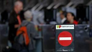 Passageiros fazem fila no balcão de check-in da empresa de aviação portuguesa TAP durante greve no aeroporto de Lisboa.